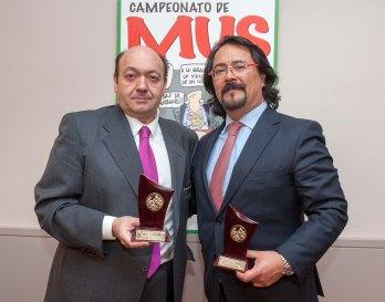 Constantino Mediavilla y Jorge Iglesias, Tercer Premio del XXII Campeonato de Mus de la APIE, posan con sus trofeos.