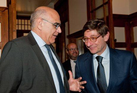 Salvador Alemany, presidente de Abertis, habla con Jose Ignacio Goirigolzarri, presidente de Bankia, entre sus respectivas intervenciones en el curso de verano organizado por la APIE en la Universidad Menéndez Pelayo de Santander.