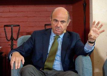Luis de Guindos, Ministro de Economía en funciones, durante su intervención en el debate económico organizado por la APIE en su curso de verano en la Universidad Menéndez Pelayo de Santander.