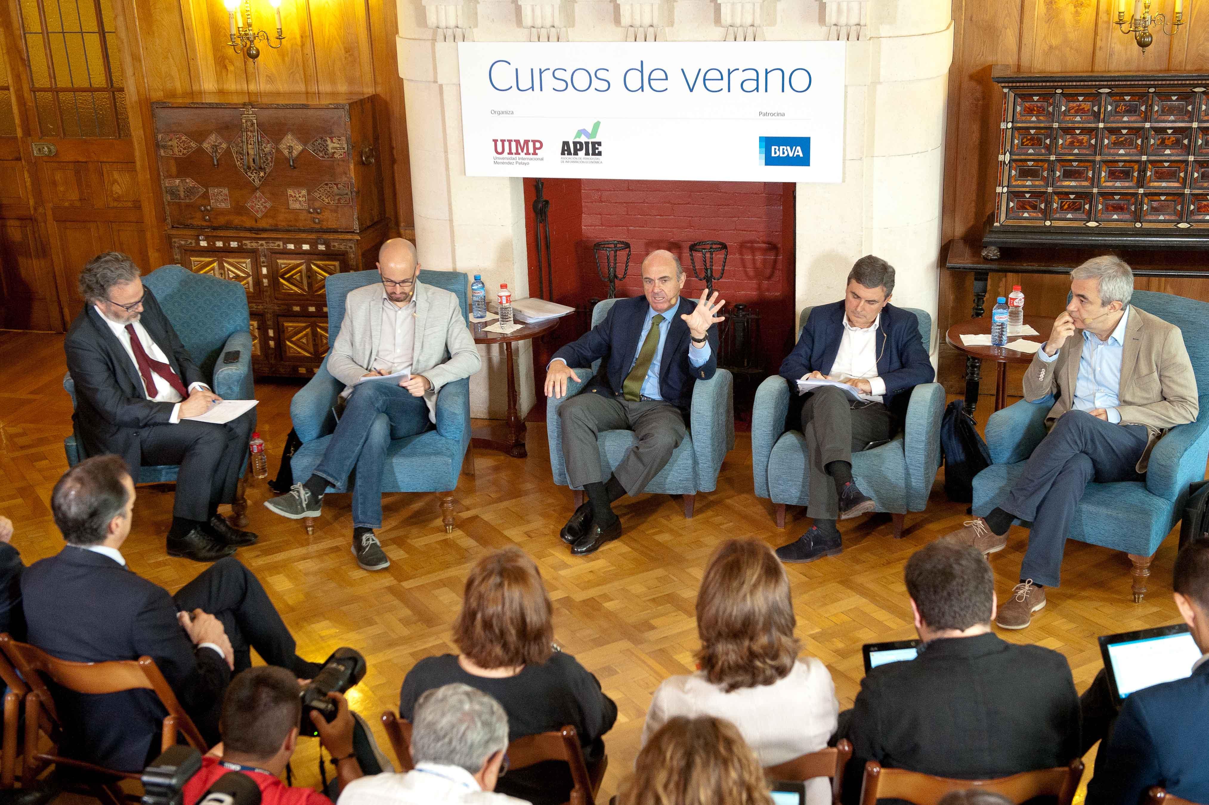 Una vista general del debate económico entre los principales partidos organizado por la APIE en su curso de verano en la Universidad Menéndez Pelayo de Santander.