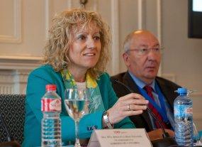 Eva Díaz Tezanos, vicepresidenta del Gobierno de Cantabria, junto a Amancio Fernández, codirector del curso de economía de APIE, durante la sesión inaugural en la Universidad Menéndez Pelayo de Santander.