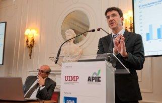 Jorge Sicilia, economista jefe del BBVA, durante su intervención en el curso de verano organizado por la APIE en la Universidad Menéndez Pelayo de Santander.