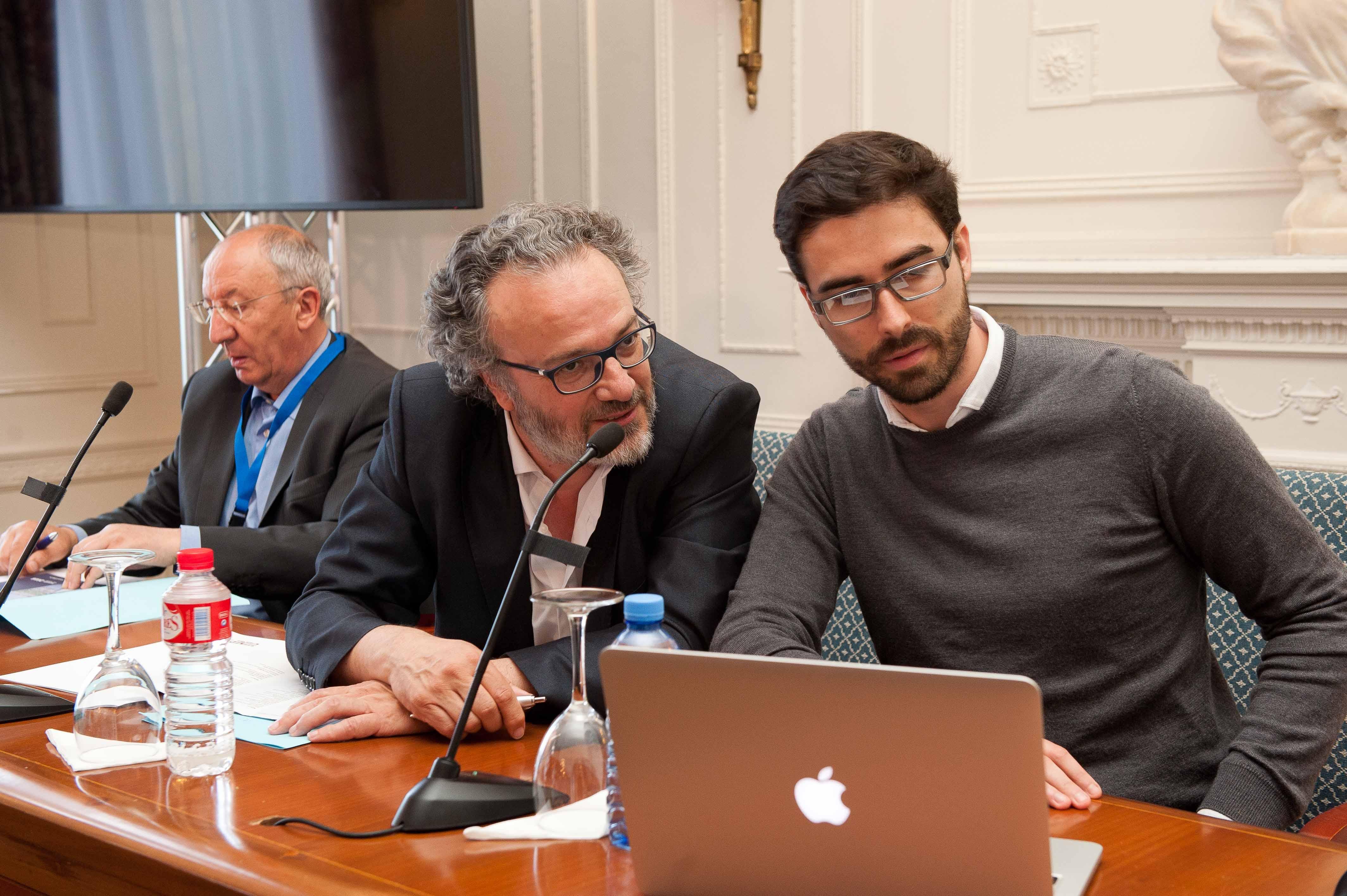 Carles Lloret, director general de Uber, durante su intervención en el curso de economía organizado por APIE en la Universidad Menéndez Pelayo de Santander. A su derecha, Miguel Ángel Noceda y Amancio Fernández, codirectores del grupo.