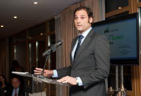 Diego Pérez Martínez, Director de la División Jurídico Institucional de AireF, recogiendo el accésit al premio Tintero en nombre de Jose Luis Escrivá.