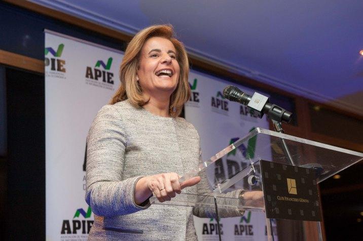 Fátima Báñez, Ministra de Empleo y Seguridad Social, ganadora del Premio Secante 2016 otorgado por la Asociación de Periodistas de Información Económica (APIE).