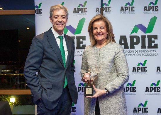 Fátima Báñez, Ministra de Empleo y Seguridad Social, posa con su premio Secante 2016 junto al presidente de la APIE, Íñigo de Barrón.