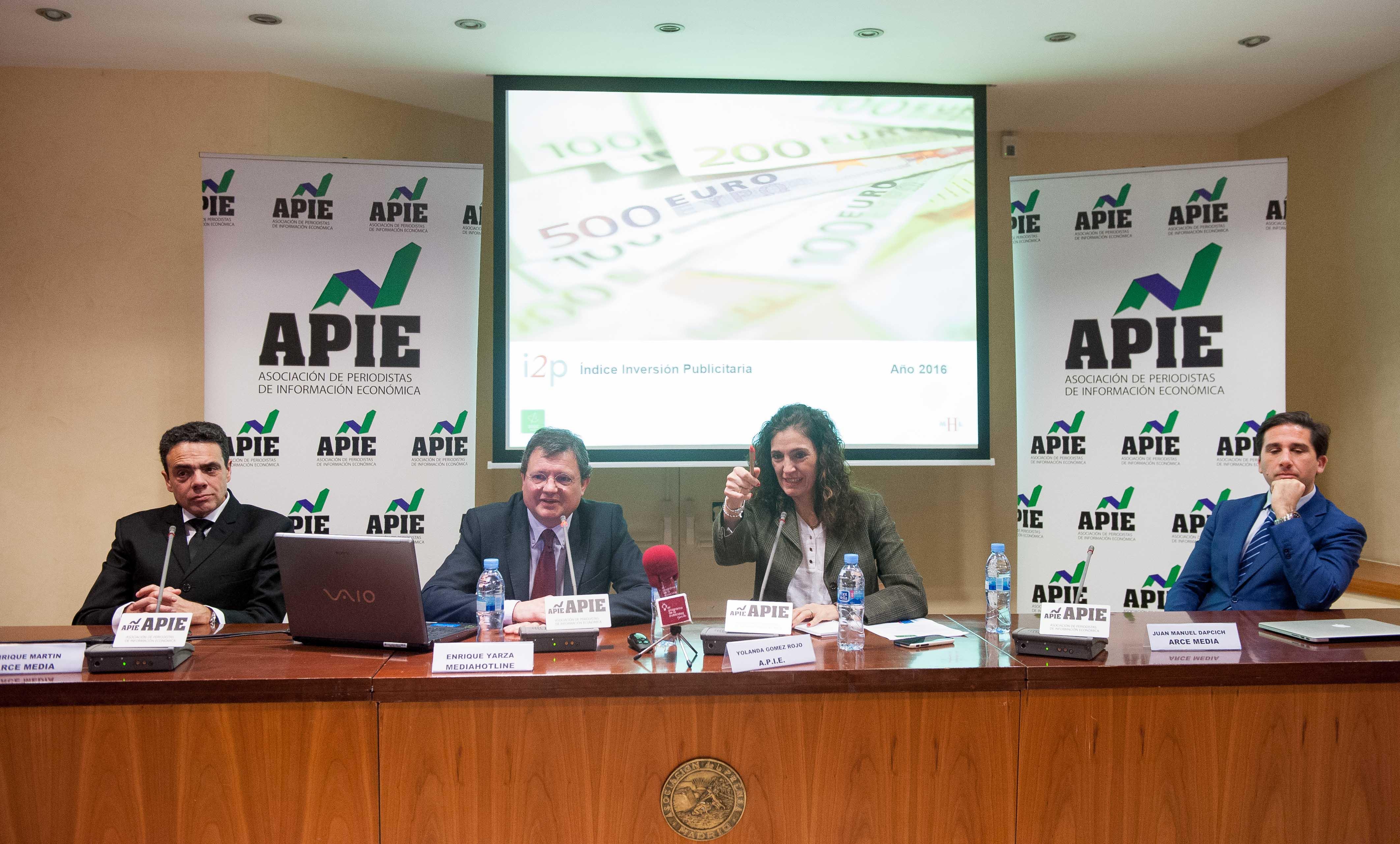 Un momento de la presentación del informe 12p sobre inversión publicitaria en medios; de izquierda a derecha, Enrique Martín, Director General Técnico de Arce Media, Enrique Yarza, Presidente de Media Hotline, Yolanda Gómez Rojo, Vicepresidenta de la APIE, y Juan Manuel Dapcich, CEO de Auditmedia.