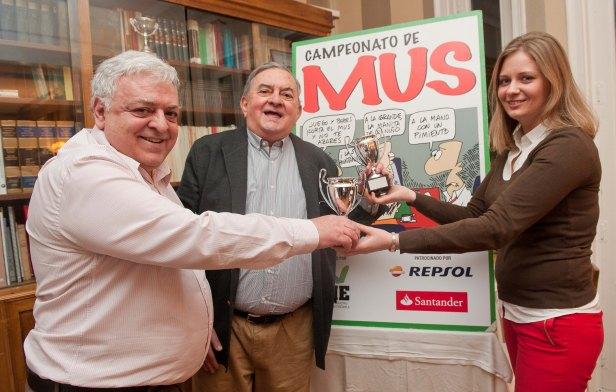 Los ganadores absolutos del XXIII Campeonato de Mus: Luis Grandal y Ramón Roca. Maryna Honchar fue la encargada de entregarles sus trofeos.