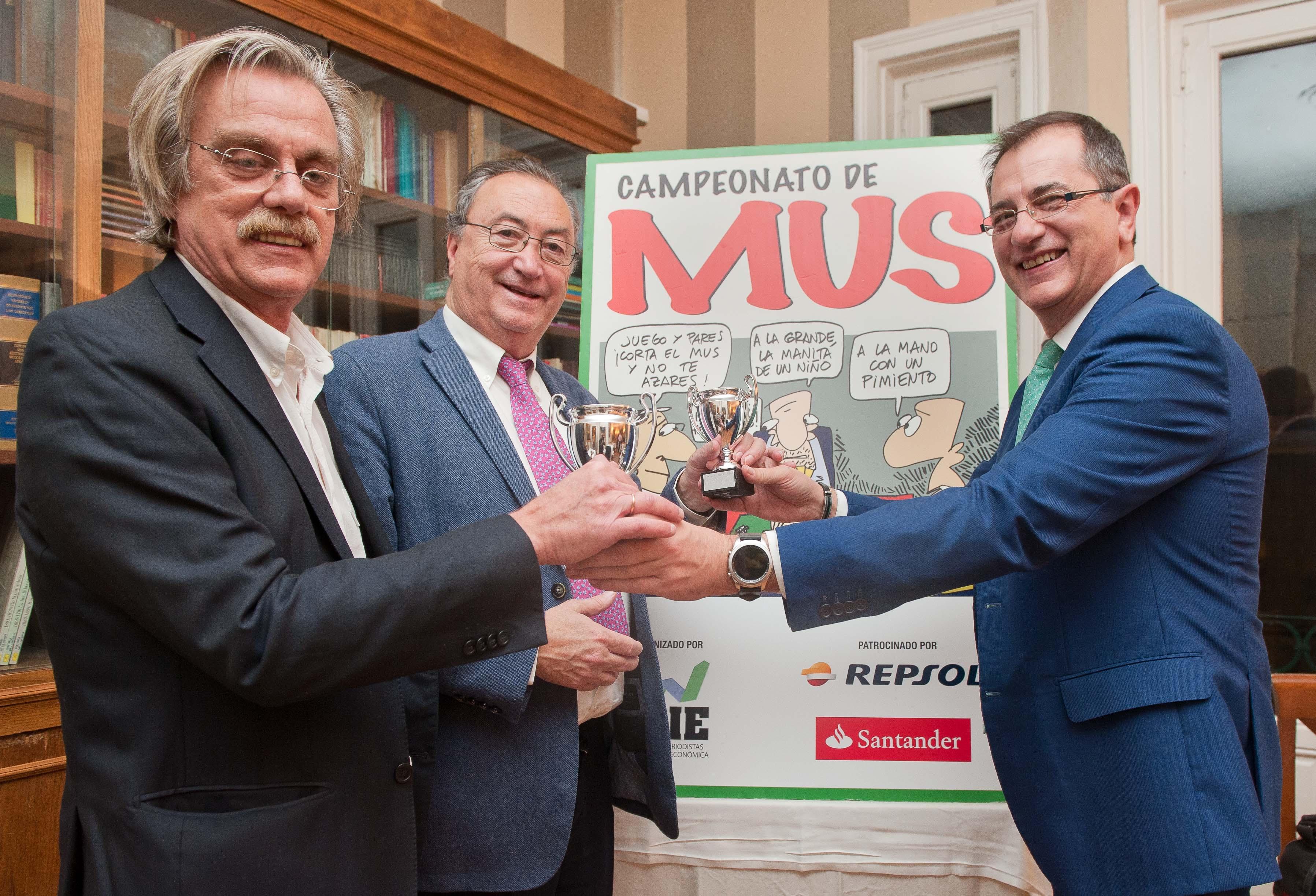 Roberto Santos y Antonio Lago recogen sus premios al Tercer Clasificado de manos de Pedro Carreño, de la Junta Directiva de APIE.