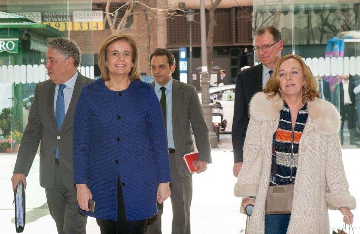 Fátima Báñez, Ministra de Empleo y Seguridad Social, acompañada de Amparo Estrada, de la Junta Directiva de la APIE, a su llegada al almuerzo de prensa con que concluyó la segunda jornada del XXX Curso de Economía organizado por APIE y el Banco Popular.
