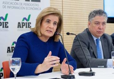 Fátima Báñez, Ministra de Empleo y Seguridad Social, durante el almuerzo de prensa con que concluyó la segunda jornada del XXX Curso de Economía organizado por APIE y el Banco Popular. A su lado, Tomás Burgos, Secretario de Estado de Seguridad Social.