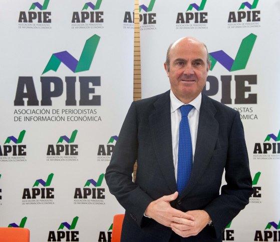 Luis de Guindos, Ministro de Economía, Industria y Competitividad, durante el almuerzo de prensa con que concluyó la tercera jornada del Curso de Economía para periodistas organizado por APIE.