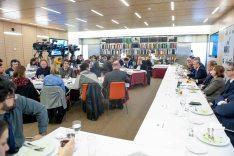 Una vista general de la asistencia de medios al almuerzo con Luis de Guindos.
