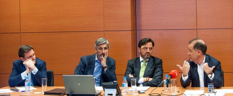 Los participantes en el debate sobre telecomunicaciones celebrado en la IV Jornada del Curso de Economía de APIE. De izquierda a derecha, Pablo Freire (MasMovil), David Sola (Vodafone) Andrés Dulanto Scott (APIE) y Jesús Villacorta (Orange).