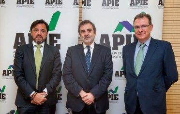 Luis Miguel Gilpérez, Presidente de Telefónica España, en el almuerzo de prensa organizado por APIE. A su derecha, Andrés Dulanto Scott, de la Junta Directiva de APIE, y a su izquierda Eloy Écija, Director de Relaciones Corporativas del Banco Popular.