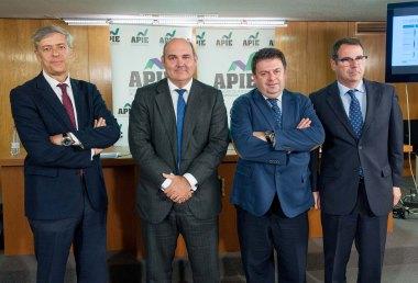 De izquierda a derecha, Íñigo de Barrón, presidente de APIE,, los ponentes Francisco Uria y Santiago Carbó, y Jorge Yzaguirre, presidente de IAEF-FEF, durante la jornada informativa sobre el Mecanismo Único de Resolución.