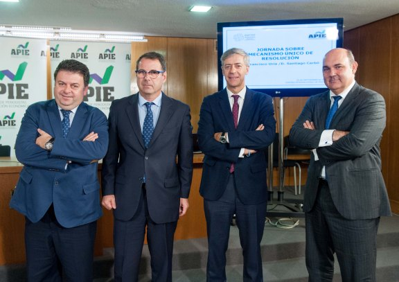 De izquierda a derecha, Santiago Carbó, Jorge Yzaguirre, presidente de IAEF-FEF, Íñigo de Barrón, presidente de APIE, y Francisco Uría, durante la jornada informativa sobre el Mecanismo Único de Resolución.