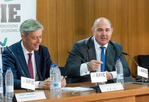 Francisco Uria, Responsable del Sector Financiero de KPMG en España, e Íñigo de Barrón, presidente de la APIE, durante su intervención en la jornada sobre el Mecanismo Único de Resolución.
