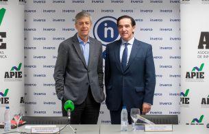 Íñigo de Barrón Arniches, presidente de APIE, y Angel Martínez-Aldama, presidente de INVERCO, antes de la presentación del estudio sobre información de planes de pensiones.