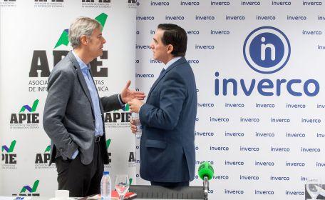 Íñigo de Barrón Arniches, presidente de APIE, habla con Angel Martínez-Aldama, presidente de INVERCO, antes de la presentación del estudio sobre información de planes de pensiones.