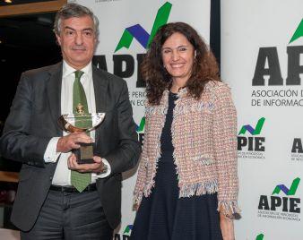 Yolanda Gómez Rojo, vicepresidenta de APIE, entrega el Premio Secante 2017 a Luis Gómez Rodríguez, Director de Marca y Reputación de Iberdrola, que lo recogió el nombre de su presidente Ignacio Sánchez Galán.