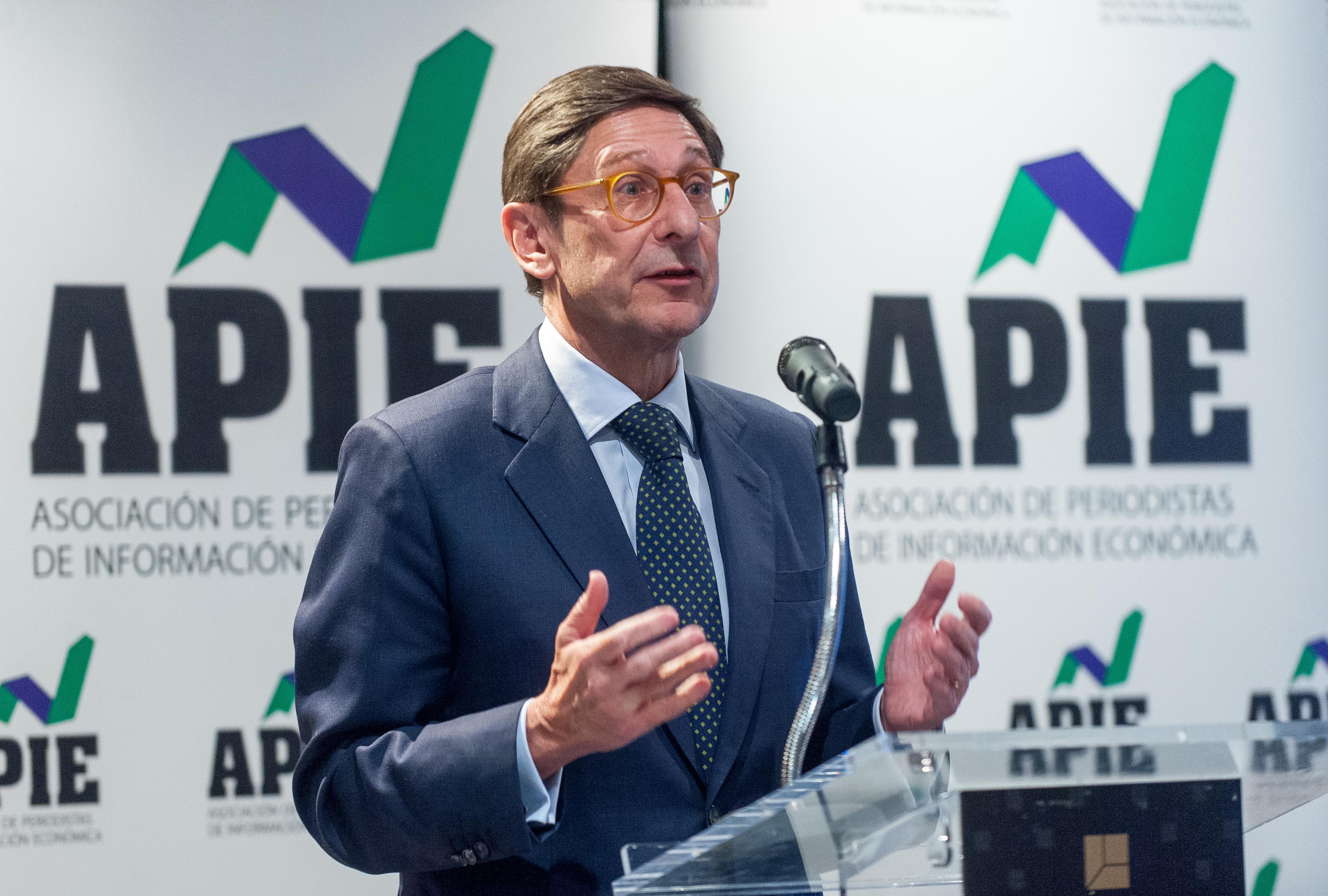 José Ignacio Goirigolzarri, presidente de Bankia, durante su discurso de agradecimiento tras recibir el Premio Tintero 2017 otorgado por la Asociación de Periodistas de Información Económica (APIE).