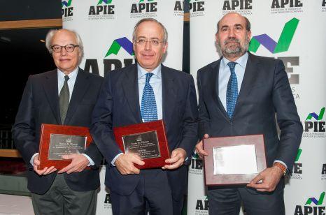 Los reprsentantes de las escuelas de negocios IE, IESE y ESADE, socios de honor de la APIE en la edición 2017 de los premios Tintero y Secante.
