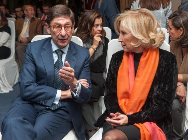 Jose Ignacio Goirigolzarri, presidente de Bankia, habla con Dolores Dancausa, consejera delegada de Bankinter, antes del comienzo de la ceremonia de entrega de los premios Tintero y Secante 2017 otorgados por la APIE.