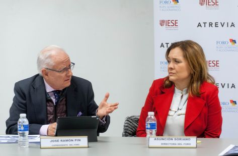 José Ramón Pin y Asunción Soriano, vicepresidente y directora del Foro de Buen Gobierno, durante la rueda de prensa de presentación del XIII Informe de Juntas Generales de empresas del Ibex-35.
