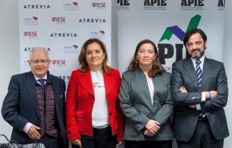 De izquierda a derecha, Jose Ramón Pin, copresidente del Foro de Buen Gobierno y Accionariado, Asunción Soriano, directora del Foro, Susana Graupera, coordinadora de estudios, y Andrés Dulanto-Scott, de la Junta Directiva de la APIE.
