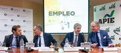 De izquierda a derecha, Oscar Perelli (Director de Estudios de Exceltur), Jose María González (Presidente de Exceltur), Íñigo de Barrón (presidente de APIE) y Jose Luis Zoreda, (Vicepresidente de Exceltur), durante la presentación del informe sobre empleo celebrada en colaboración con la Asociación de Periodistas de Información Económica (APIE).