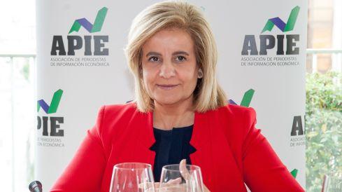 La Ministra de Empleo y Seguridad Social, Fátima Báñez, durante el almuerzo de prensa con que concluyó la primera jornada del XXXI Curso de Economía organizado por la APIE.