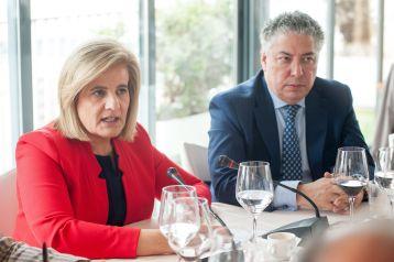 La Ministra de Empleo y Seguridad Social, Fátima Báñez, y el Secretario de Estados de la Seguridad Social, Tomás Burgos, durante el almuerzo de prensa con que concluyó la primera jornada del XXXI Curso de Economía organizado por la APIE.