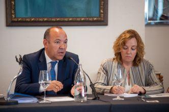 Jose María Barrios (Partido Popular) durante su participación en el debate sobre pensiones con el que comenzó el XXXI Curso de Economía organizado por la APIE. A su izquierda, Amparo Estrada, de la Junta Directiva de la Asociación.