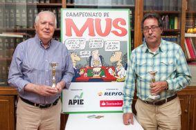 Francisco Mora y Alberto Valverde, ganadores del Tercer Premio en el XXIV Campeonato de Mus de la APIE.