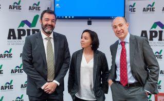 De izquierda a derecha, César Cantalapiedra, Ana Herrero Alcalde y Jorge Onrubia, participantes en la mesa redonda sobre financiación autonómica celebrada en la segunda jornada del XXXI Curso de Economía organizado por la APIE.