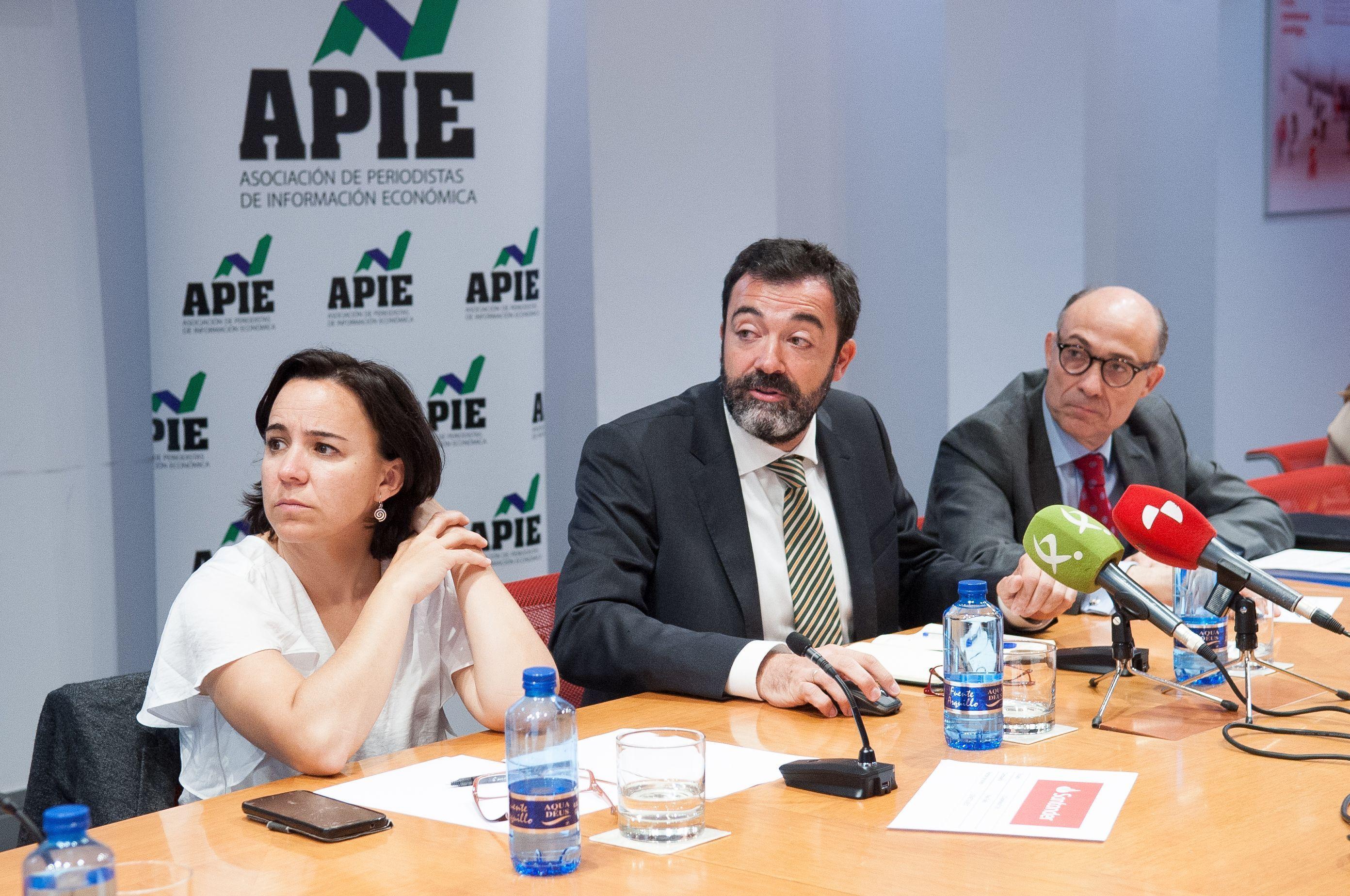 De izquierda a derecha, Ana Herrero Alcalde, César Cantalapiedra y Jorge Onrubia, durante la mesa redonda sobre financiación autonómica celebrada en la segunda jornada del XXXI Curso de Economía organizado por la APIE.