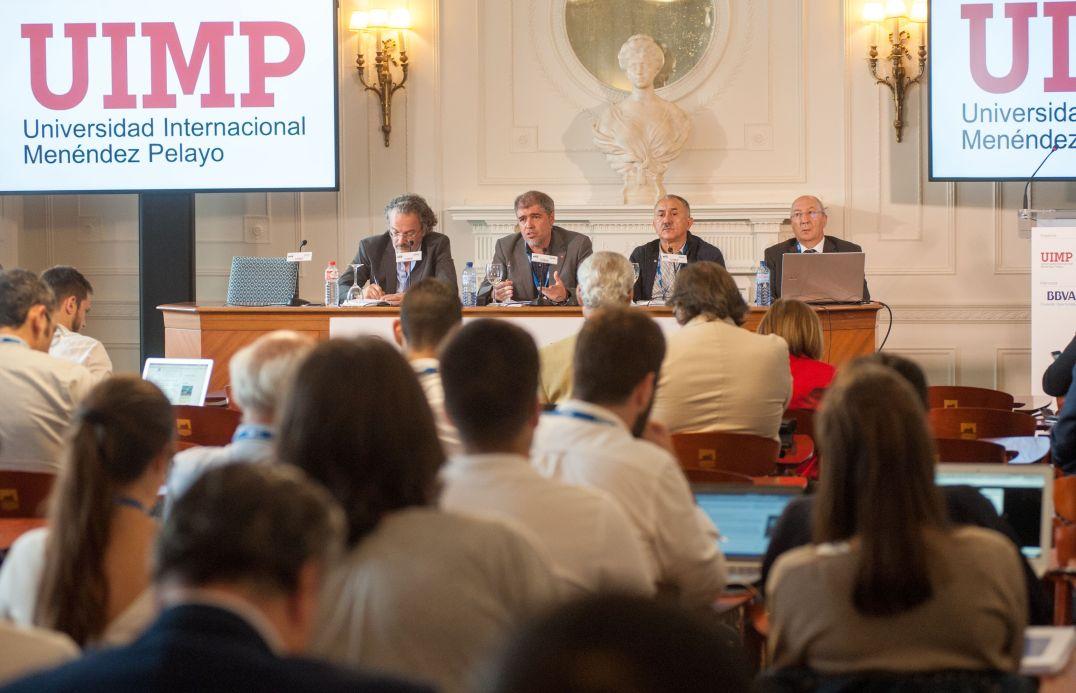 De izquierda a derecha, Miguel Ángel Noceda (APIE), Unai Sordo (CC OO), Pepe Álvarez (UGT) y Amancio Fernández (APIE),en el Curso de Economía de APIE en la UIMP.