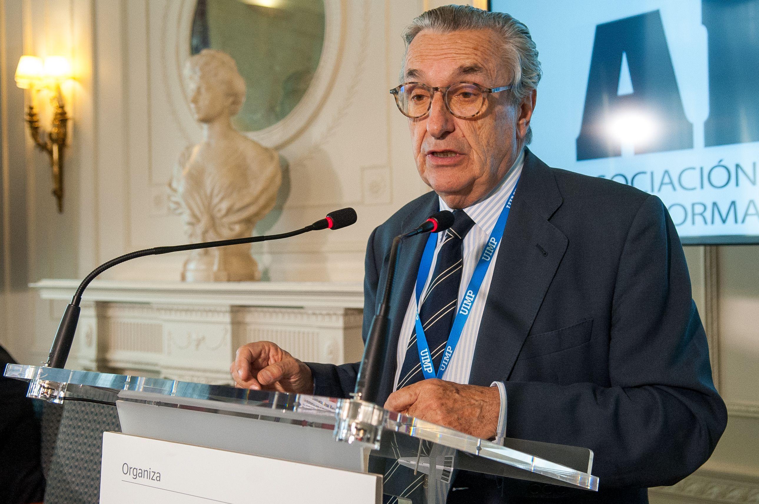 Jose María Marín Quemada, presidente de la CNMC, durante su intervención en el Curso de Economía organizado por la APIE en la Universidad de Santander.