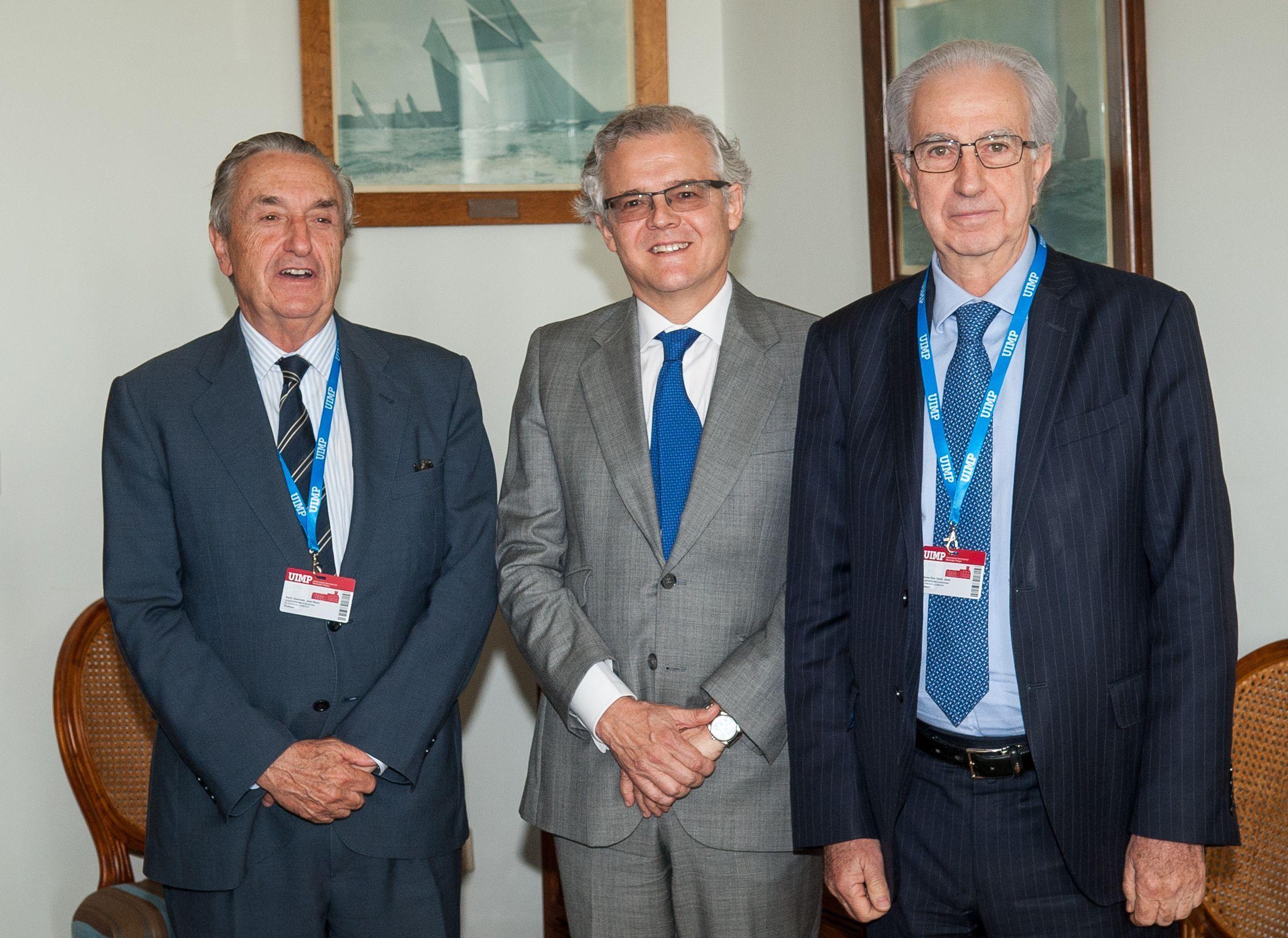 Los tres participantes en la jornada de clausura del Curso de Economía de APIE: de izquierda a derecha, Jose María Marín Quemada, presidente de la CNMC, Sebastián Albella, presidente de la CNMV y Javier Alonso, Subgobernador del Banco de España.