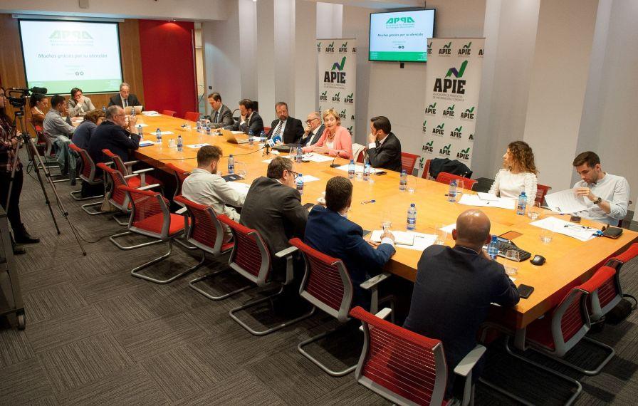Un momento de la mesa redonda sobre energía a la que se dedicó la tercera jornada del Curso de Economía para Periodistas organizado por la Asociación de Periodistas de Información Económica (APIE).