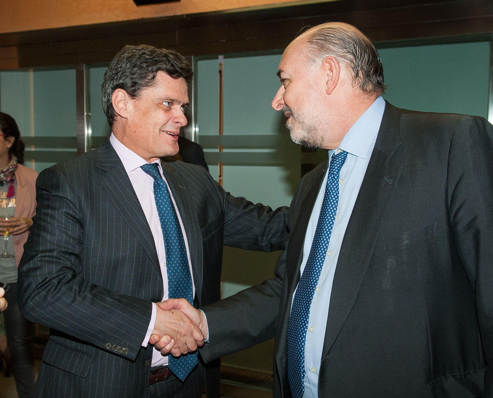 Jaime Echegoyen, presidente de Sareb, saluda a Carlos Abad, CEO de Haya Real Estate, a su llegada al almuerzo de prensa con el que concluyó la XXXI edición del Curso de Economía organizado por APIE.