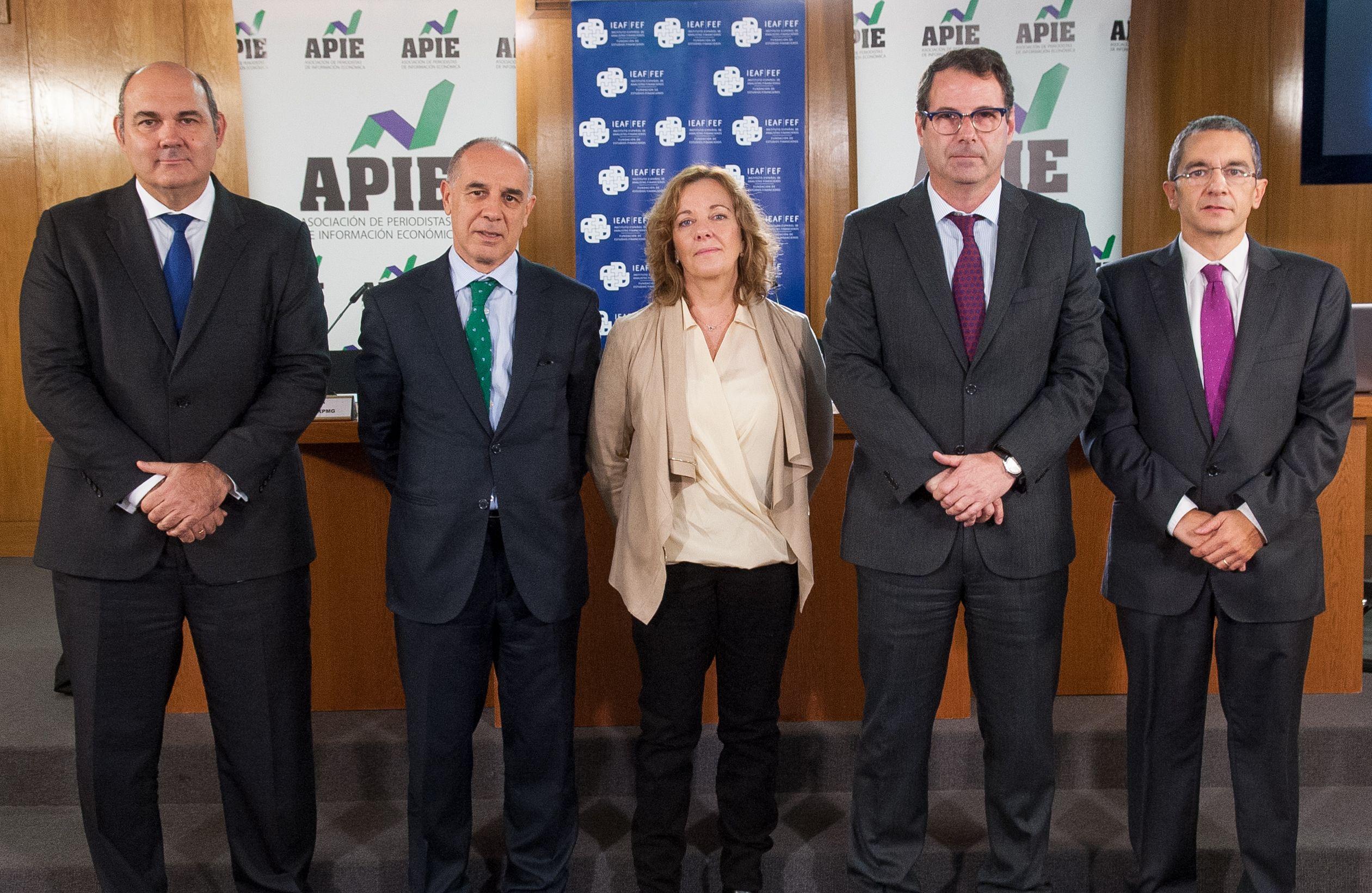 De izquierda a derecha, Francisco Uría (KPMG), Ángel Berges (AFI), Amparo Estrada (APIE), Jorge Yzaguirre (IEAF-FEF) y Joaquín Maudos (IVIE) en las II Jornadas sobre Resolución Bancaria organizadas por IEAF-FEF y APIE.