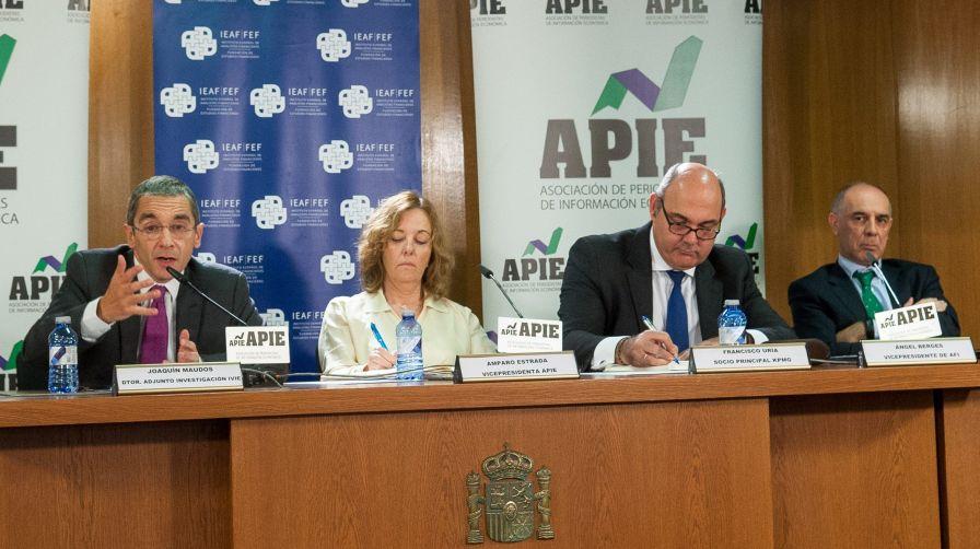De izquierda a derecha, Joaquín Maudos (IVIE), Amparo Estrada (APIE), Francisco Uría (KPMG) y Ángel Berges (AFI) en las II Jornadas sobre Resolución Bancaria organizadas por IEAF-FEF y APIE.