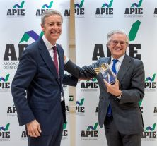 Íñigo de Barrón Arniches, Presidente de la APIE, entrega el premio Tintero 2018 a Sebastián Albella, Presidente de la CNMV.