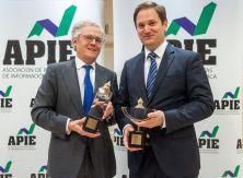 Sebastián Albella, Presidente de laCNMV, posa con su premio Secante junto a Paul Tobin, Director de Comunicación del BBVA, que recogió el secante 2018 en representación del Consejero Delegado, Carlos Torres.