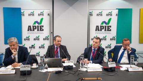 De izquierda a derecha, Íñigo de Barrón (Presidente APIE), Pablo Fernández (IESE Business), Eduardo Martínez Aragón (Vidacaixa) y Fernando Luque (Morningstar), durante la II Jornada del Curso de Economía organizado por APIE.