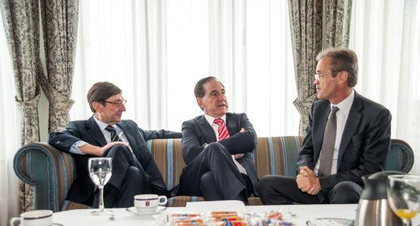 Los tres ponentes de la tercera mañana del Curso de Economía de APIE: Jose ignacio Goirigolzarri (Bankia), Antonio Huertas (Mapfre) y Jordi Gual (Caixabank).