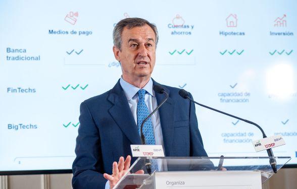 César González-Bueno, presidente de ING España, durante su intervencion en el Curso de Economía organizado por APIE en la UIMP.