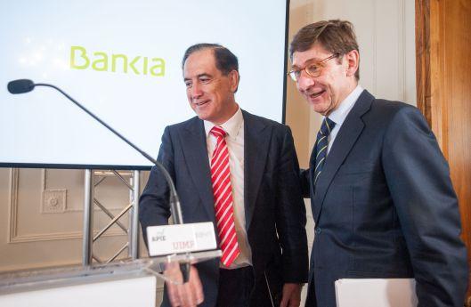 Antonio Huertas, presidente de Mapfre, saluda a Jose Ignacio Goirigolzarri, presidente de Bankia, antes de su intervención en el Curso de Economía organizado por la APIE en la UIMP de Santander.
